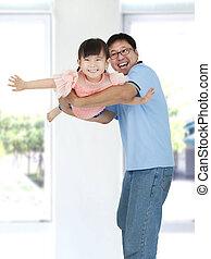 weinig; niet zo(veel), vader, aziatisch meisje, vrolijke