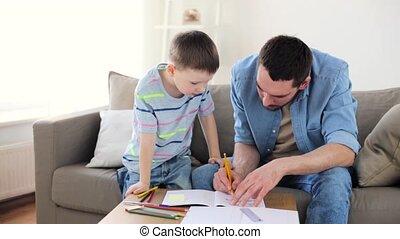 weinig; niet zo(veel), vader, crayons, zoon, thuis, tekening