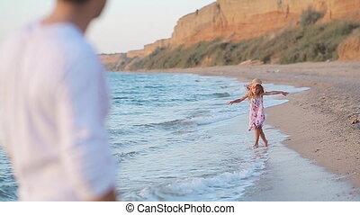 weinig; niet zo(veel), vertragen, haar, vader, motie, rennende , meisje, strand, langs