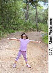 weinig; niet zo(veel), vrachtwagen, bos, handen, meisje, open, vrolijke