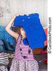 weinig; niet zo(veel), vreugde, wardrobe., clothes., partij, head., play., meisje, aanzicht, nieuw, kleren