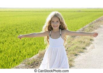 weinig; niet zo(veel), weide, hardloop wedstrijd, armen, akker, meisje, rijst, open, vrolijke