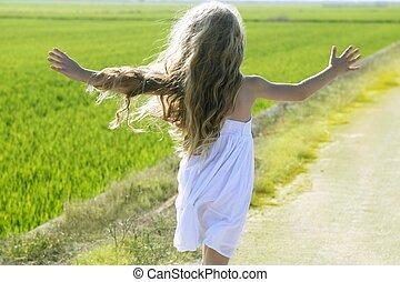 weinig; niet zo(veel), weide, hardloop wedstrijd, armen, rennende , meisje, open, achterk bezichtiging