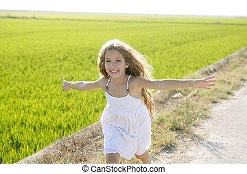 weinig; niet zo(veel), weide, hardloop wedstrijd, armen, rennende , meisje, open, vrolijke