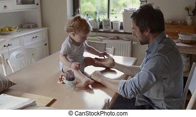 weinig; niet zo(veel), zijn, vader, jonge, zoon, samen., thuis, spelend