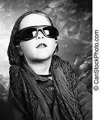 weinig; niet zo(veel), zonnebrillen, meisje