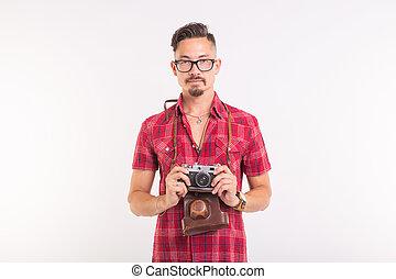 weinlese, fotograf, und, leute, begriff, -, hübsch, mann, mit, retro, fotoapperat, aus, weißer hintergrund, mit, kopieren platz