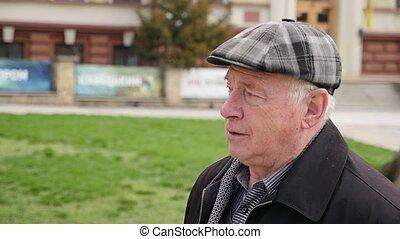 weise, älterer mann, gehen, und, denken, in, a, grüner park,...