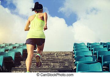 wellness , concept., τρέξιμο , αθλητής , δρομέας , καταλληλότητα , βαθμίδα. , προπόνηση , γυναίκα , κάνω σιγανό τροχάδην