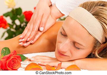 wellness, femme, apprécier, massage dorsal