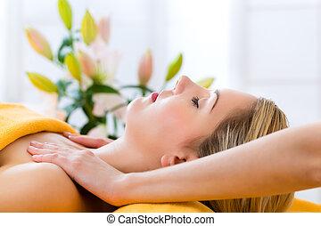 wellness, -, nő, kinyerés, fő masszázs, alatt, ásványvízforrás
