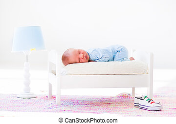 wenig, baby, eingeschlafen, in, spielen bett