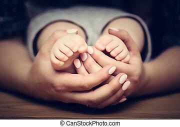 wenig, baby- füße, in, mutter, hands., kind- obacht, gefühl,...