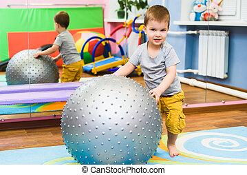 wenig, baby, spiele, mit, a, fitball, turnhalle