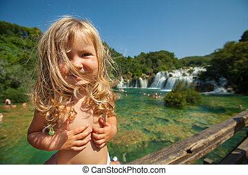 wenig, blond, m�dchen, stehende , auf, der, brücke, oben, der, fluß, in, nationalpark, auf, a, sonnig, sommer, day}