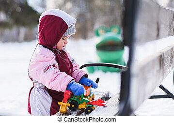 wenig, kind, gleichfalls, spielen spielzeugen, in, der, winter, park