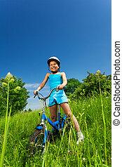 wenig, lächelnden mädchen, sitzen, fahrrad
