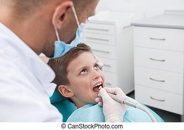 wenig, patient, an, zahnarzt, büro., draufsicht, von, kleiner junge, sitzen, an, der, stuhl, in, dentales büro, während, doktor, untersuchen, z�hne