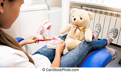 wenig, sauber, sie, teddy, foto, bär, erziehen, richtig, closeup, wie, z�hne, m�dchen