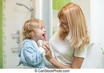 wenig, seine, mutter, sohn, portion, wie, putzen zähne, unterricht