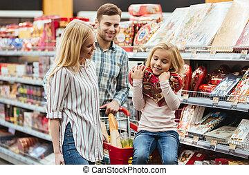wenig, shoppen, sie, sitzen, supermarkt, m�dchen, eltern, karren, wählen, lächeln, zuckerl