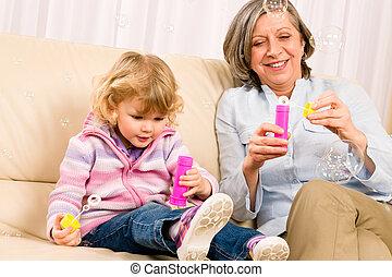 wenig, spielen, gebläse, großmutter, m�dchen, blase