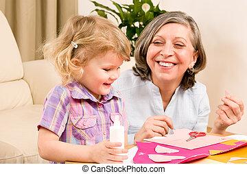 wenig, spielen, großmutter, papier, m�dchen, klebstoff