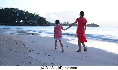 wenig, strand., elternteil, love., junger, bewegung, langsam, video, mutter, m�dchen