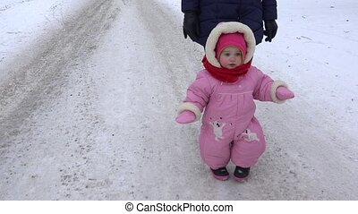 wenig, töchterchen, mit, mutter, spaziergang, auf, winter, winterwege, in, park., 4k