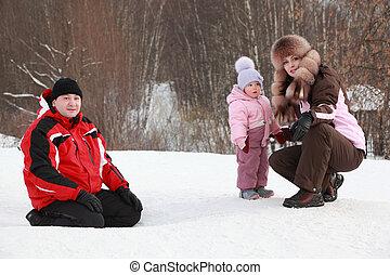 wenig, töchterchen, mit, mutter, vater, sitzen, an, schnee, in, winter, fokus, auf, m�dchen
