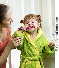 wenig, töchterchen, sie, mutter, wie, putzen zähne, unterrichtet