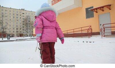 wenig, tragen, schnee- schlitten, fotoapperat, m�dchen