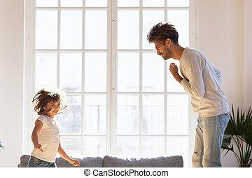 wenig, vati, spaß, glücklich, haben, töchterchen, tanzen