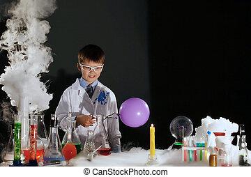 wenig, wissenschaftler, experimentieren, labor, lächeln