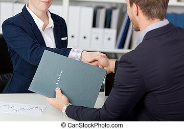 werk, handdruk, het interviewen, midsection, terwijl