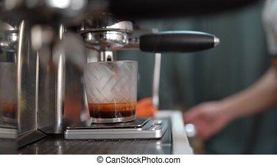 werkende , barista, verschijnt, tegen, wolk, stoom, koffie
