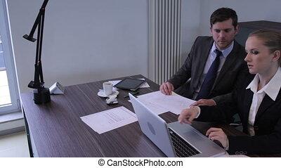 werkende, collega's, werkende , in, een, kantoor