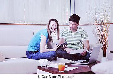 werkende , draagbare computer, thuis, paar, jonge