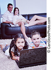 werkende familie, draagbare computer, gelukkig huis, plezier, hebben, jonge