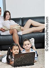 werkende familie, draagbare computer, jonge, hebben vermaak, thuis, vrolijke