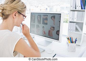 werkende , foto, computer, redacteur, vrouwlijk, achterk...