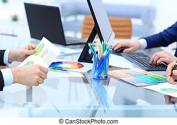 werkende, groep, zakenlui, het bespreken, van belang zijn, financieel, gedurende, vergadering