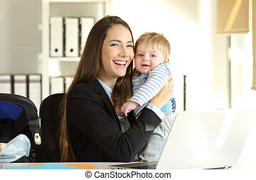 werkende , haar, kantoor, het poseren, moeder, baby, vrolijke