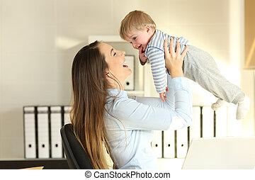 werkende , haar, kantoor, zoon, moeder, baby, verheffing