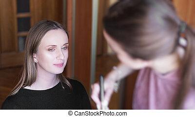werkende , kunstenaar, proces, face., makeup., borstel, make-up, vervaardiging, model