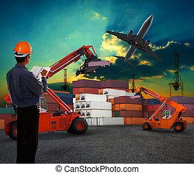 werkende , man, in, logistiek, zakelijk, werkende , in, container, verschepende werf, met, duister, hemel, en, straalvliegtuig, lading, vliegen, boven, gebruiken, voor, land, om te, luchtvervoer, en, vracht