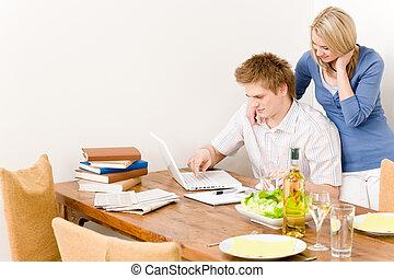 werkende , paar, keuken, vrolijke , draagbare computer, man