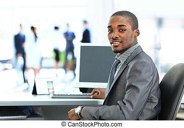 werkende , zakelijk, amerikaan, achtergrond, afrikaan, verticaal, glimlachende mens, stafmedewerkers