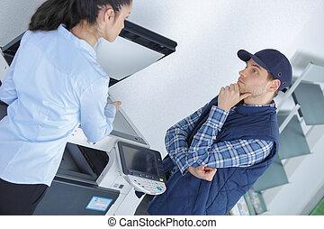 werkkring werker, en, aannemer, in, discussie, door, photocopy machine