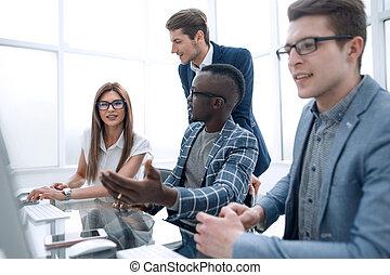 werknemers, het bespreken, nieuwe ideeën, zittende , op, de, bureau